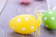 Красочное украшение пасхального яйца на деревянной предпосылке Стоковое Изображение