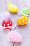 Красочное украшение пасхального яйца на деревянной предпосылке Стоковая Фотография