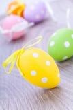 Красочное украшение пасхального яйца на деревянной предпосылке Стоковое фото RF