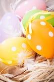 Красочное украшение пасхального яйца на деревянной предпосылке Стоковые Изображения