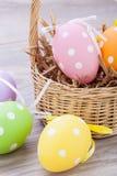 Красочное украшение пасхального яйца на деревянной предпосылке Стоковое Изображение RF
