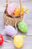 Красочное украшение пасхального яйца на деревянной предпосылке Стоковые Изображения RF