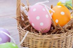 Красочное украшение пасхального яйца на деревянной предпосылке Стоковое Фото