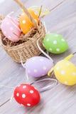 Красочное украшение пасхального яйца на деревянной предпосылке Стоковые Фото
