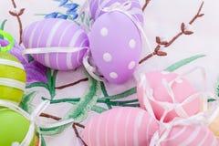 Красочное украшение пасхального яйца на деревянной предпосылке Стоковые Фотографии RF
