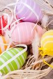 Красочное украшение пасхального яйца на деревянной предпосылке Стоковая Фотография RF