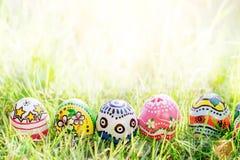 Красочное яичко на зеленой траве Стоковое Изображение RF
