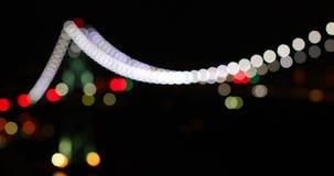 Красочное bokeh висячего моста вечером 4k видеоматериал