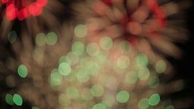 Красочное bokeh фейерверков в ночном небе сток-видео
