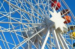 Красочное Ferris катит внутри Барселону стоковые изображения rf