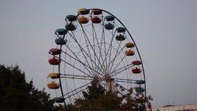 Красочное Ferris катит внутри старый парк в вечере акции видеоматериалы