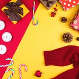 Красочное flatlay с различными деталями рождества, оформлением и подарками, включая подарочные коробки, свечи, конусы сосны, трос Стоковые Фото