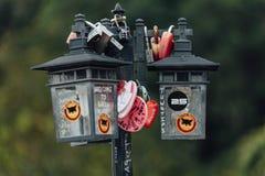 Красочное keychain holded на лампе столба вызвано ` холма Penang замка влюбленности ` от холма Penang на городке Джордж Малайзия  Стоковые Фотографии RF