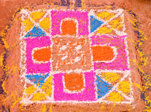 Красочное rangoli сделанное во время свадебной церемонии в Индии Стоковая Фотография