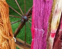 Красочной пряжа и закручивая колесо покрашенные рукой Стоковое фото RF
