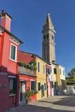 Красочно покрашенные дома и башня склонности на острове Burano, Италии Стоковые Изображения