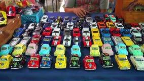 Красочные автомобили игрушки на магазине видеоматериал