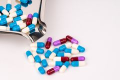 Красочные антибиотические капсулы на подносе лекарства нержавеющей стали Стоковые Изображения