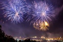 Красочные атмосферические фейерверки в честь дня победы Советского Союза в Второй Мировой Войне стоковое фото