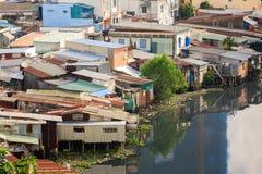 Красочные лачуги скваттера на городской местности трущобы в Хошимине, Вьетнаме Стоковое Фото