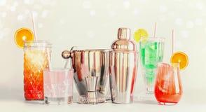 Красочные бар длинных напитков лета и инструменты коктейлей в различных стеклах с выпивая соломами и цитрусовыми фруктами стоя на стоковая фотография