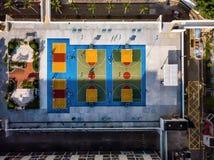 Красочные баскетбольные площадки сверху в Гонконге стоковое фото