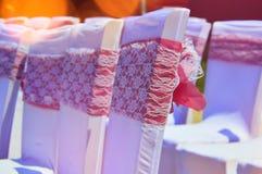 Красочные богато украшенные стулья свадьбы стоковое фото rf