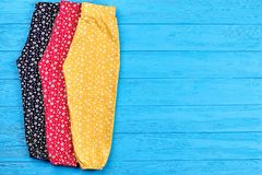 Красочные брюки младенца, космос экземпляра стоковое фото rf