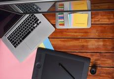 Красочные бумаги на таблице график-дизайнера Стоковые Изображения