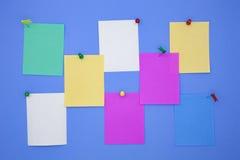 Красочные бумаги примечания ручки на голубой предпосылке Стоковое Изображение RF