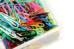 Красочные бумажные зажимы в акриловой коробке на белой предпосылке Стоковая Фотография RF