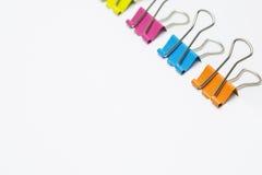 Красочные бумажные зажимы изолированные на белой предпосылке Стоковая Фотография RF