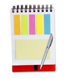 Красочные бумажные примечания и ручка на белизне Стоковая Фотография RF