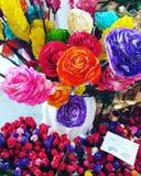 Красочные бумажные розы для продажи стоковые изображения rf