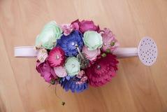 Красочные бумажные цветки в малом розовом handshower Стоковое Фото
