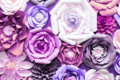 Красочные бумажные цветки на стене Handmade искусственное флористическое украшение Предпосылка и текстура весны абстрактные краси стоковые изображения rf