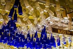 Красочные бутылки вися от потолка, снизу Стоковые Изображения