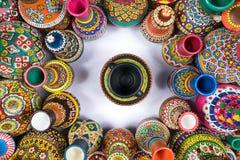 Красочные вазы гончарни компактировали в круге вокруг одиночной вазы Стоковая Фотография RF
