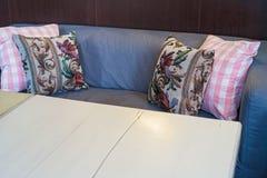 Красочные валики на софе стоковое изображение rf