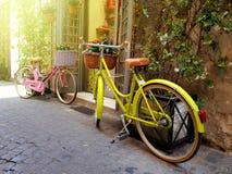 Красочные велосипеды припарковали на старой узкой улице в Риме, Италии стоковые изображения