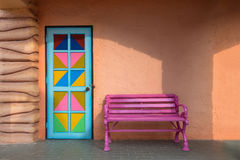 Красочные двери, розовый стул Стоковая Фотография