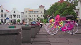 Красочные велосипеды на Fatahillah придают квадратную форму в Kota, городке ` s Джакарты старом акции видеоматериалы