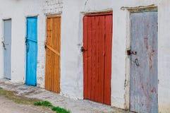 Красочные винтажные двери амбара с замками металла Стоковые Фото