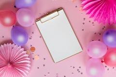 Красочные воздушные шары и бумажные цветки на розовой предпосылке r r r стоковая фотография