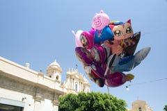 Красочные воздушные шары летания в Сицилии, Италии Стоковые Изображения RF