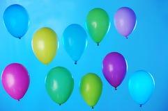 Красочные воздушные шары на сини стоковые изображения rf