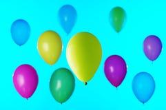 Красочные воздушные шары на сини стоковое изображение