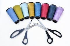 Красочные вьюрки шить потока на белой предпосылке с ножницами стоковые фотографии rf