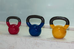 Красочные гантели в спортзале: Оборудование фитнеса веса Стоковое Изображение RF