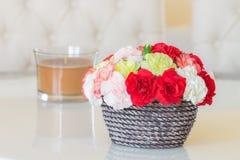 Красочные гвоздики в коричневой вазе Стоковые Фотографии RF